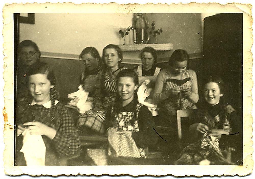 1939 Mädchen bei der Handarbeit
